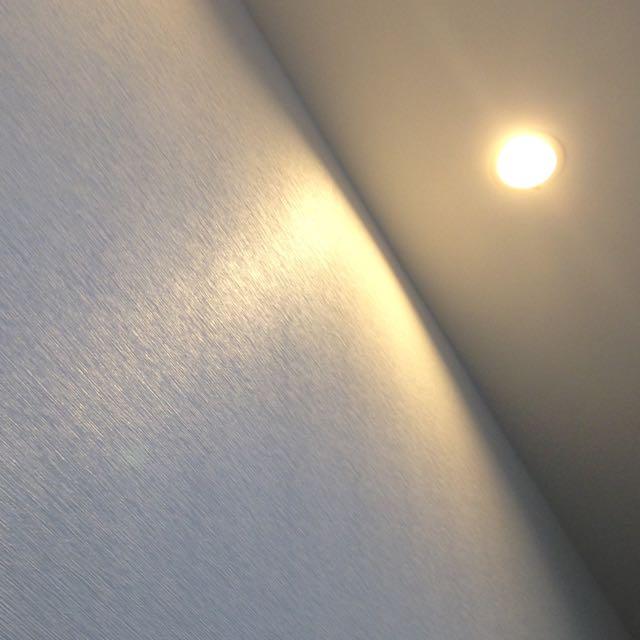 横模様のクロスと天井の照明
