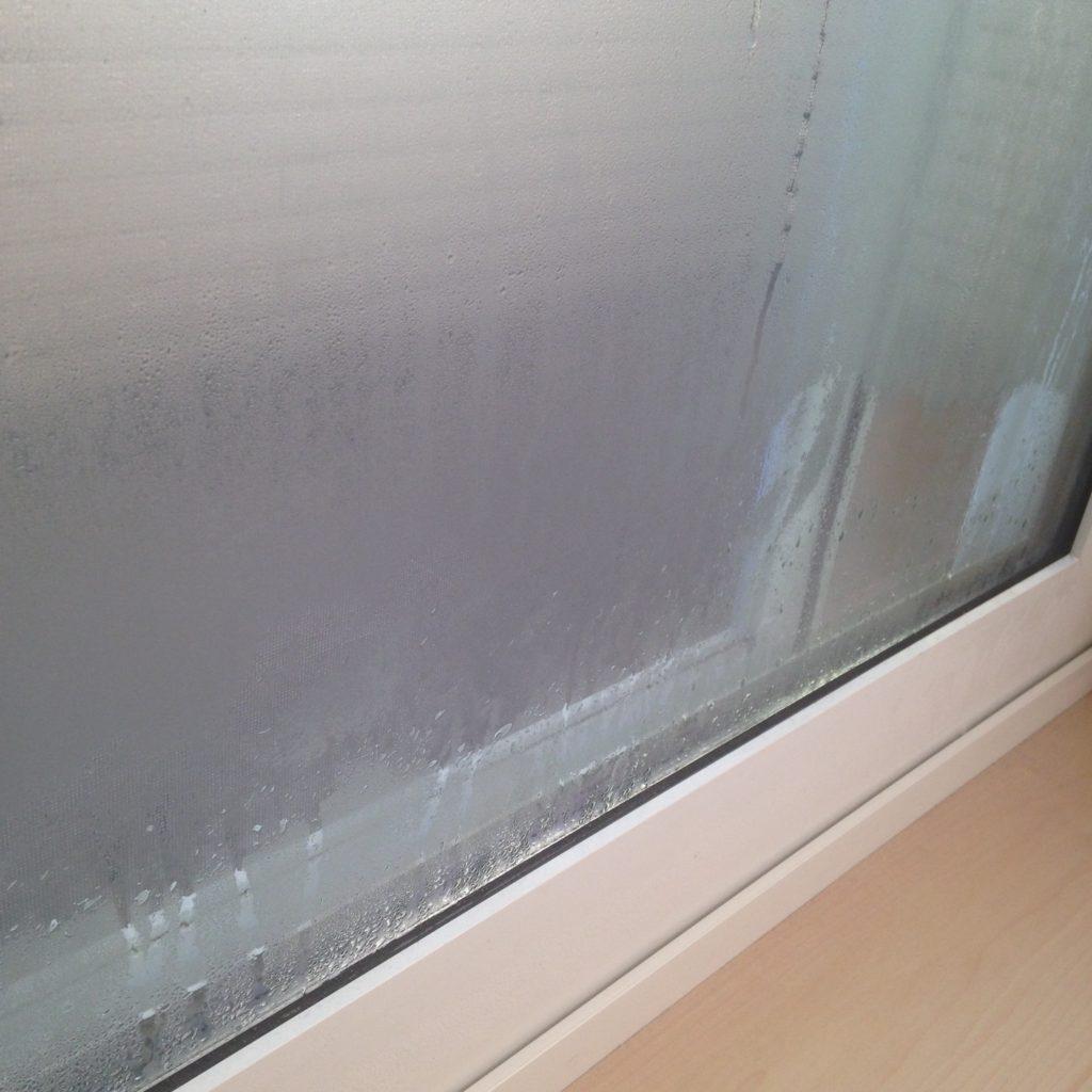 一条工務店結露した窓のふち