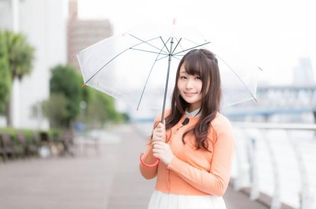 台風の天気予報をするレポーター